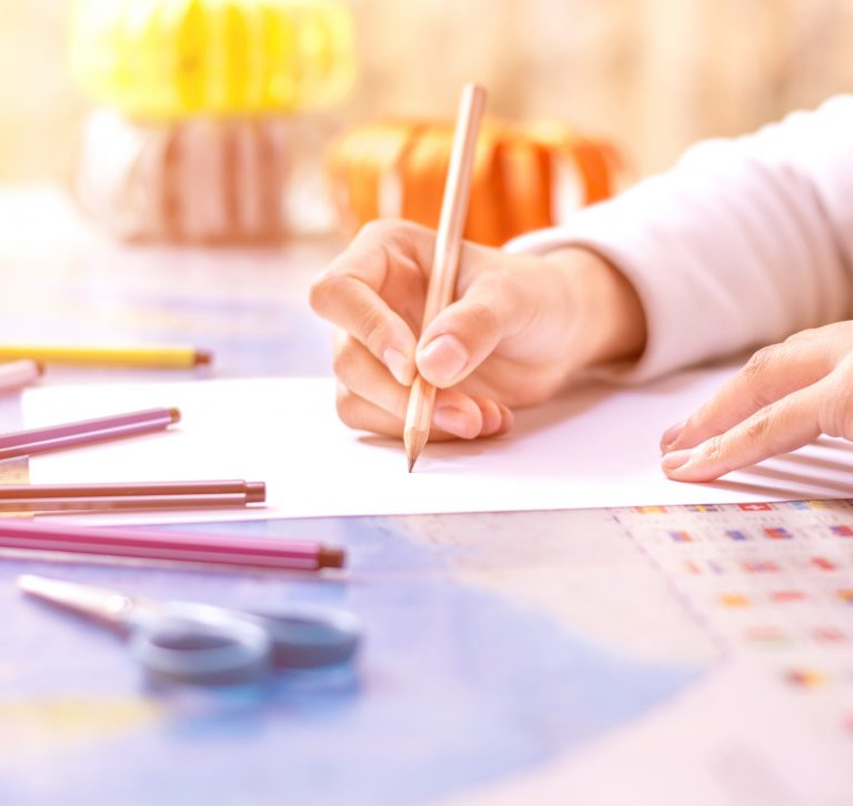 mujer dibujando bocetos ux